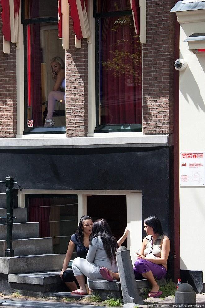 В окнах проститутки