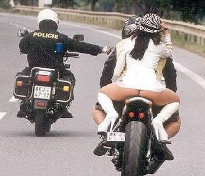 На задирается а фото мотоцикле платье девки
