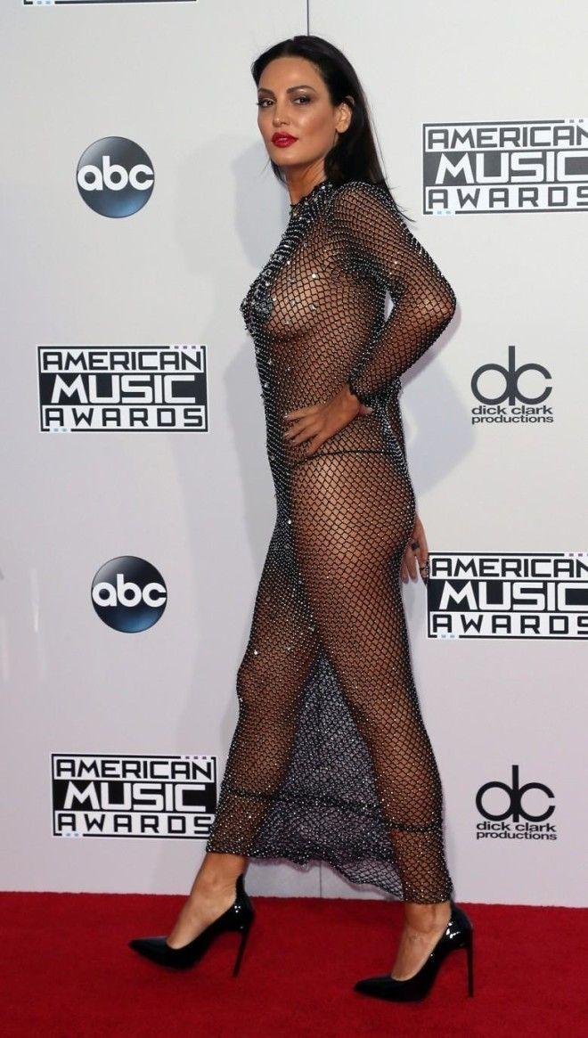 Соски видно из под платье видео