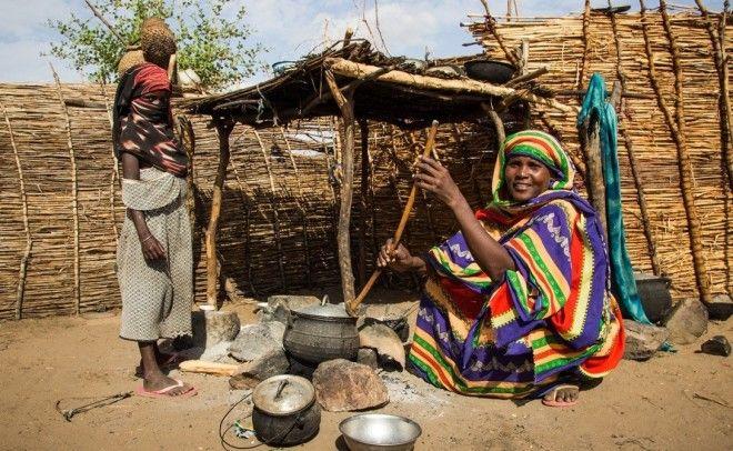 ЗамбияПродолжительность жизни 4693 годаПрежде довольно благополучная страна Замбия скатилась в нищету после падения мировых цен на медь в 1970 году С тех пор страна изо всех сил пытается справиться с целым рядом проблем Отсутствие централизованного водоснабжения эпидемия ВИЧ и 70 живущего за чертой бедности