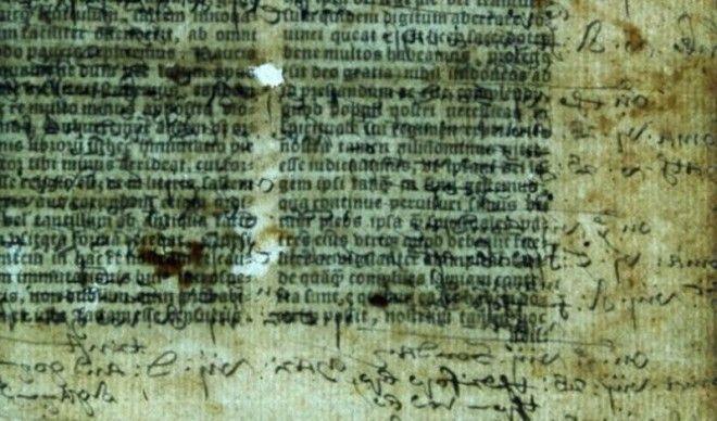 Скрытый смысл старейшей Библии АнглииПеревод Библии на английский язык был когдато опаснейшим занятием При Генрихе VIII постаравшемся подогнать религиозное писание под свои цели протестанты с не утвержденным текстом Библии могли с легкостью заработать смертный приговор В 1535 году официальная книга за подписью самого короля увидела свет На сегодняшний день той Библии осталось всего семь экземпляров и недавно ученые обнаружили скрытый текст на страницах одной из них Пока расшифрована лишь малая толика информации судя по ней Реформация в Англии шла совсем не так как считают историки