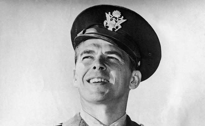 Рональд Рейган Рейган вообще успел попробовать много профессий за свою жизнь он был актером музыкантом губернатором Калифорнии и даже президентом США Гдето между актерством и музицированием Рейган нашел время и для армейской муштры с 1937 по 1940 год будущий президент служил рядовым при 18ом полке военновоздушных сил США
