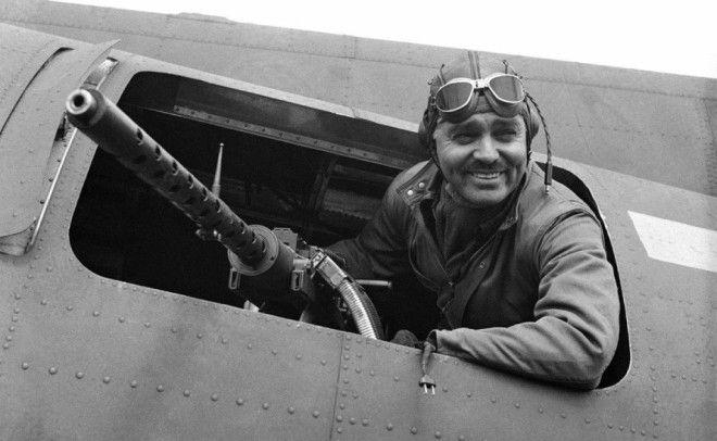 Кларк Гейбл Американский актер Уильям Кларк Гейбл решил присоединиться к US Army Air Corps в 1942 году сразу после смерти жены За несколько месяцев безутешный вдовец освоил профессию бортового стрелка и до конца 1943 года зарекомендовал себя бравым солдатом