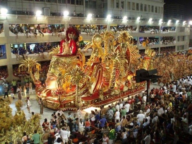 Школы самба во время выступлений на карнавале