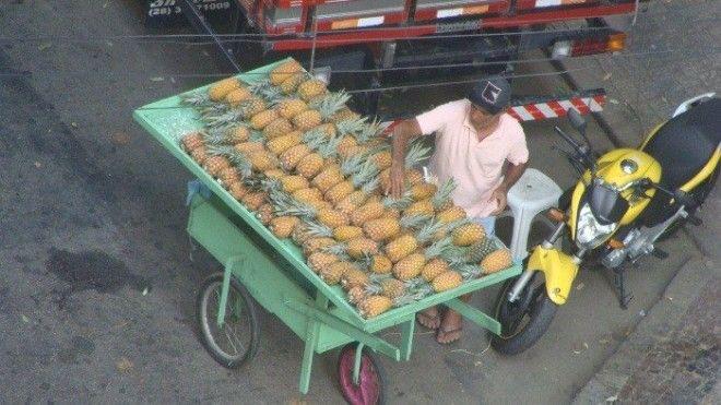 Уличный торговец ананасами