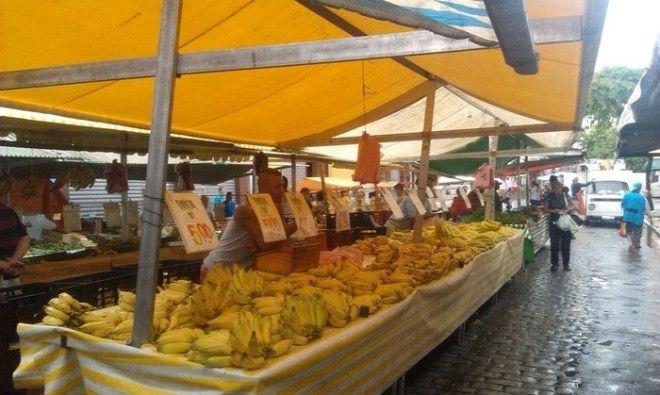 Разнообразие бананов на уличном рынке