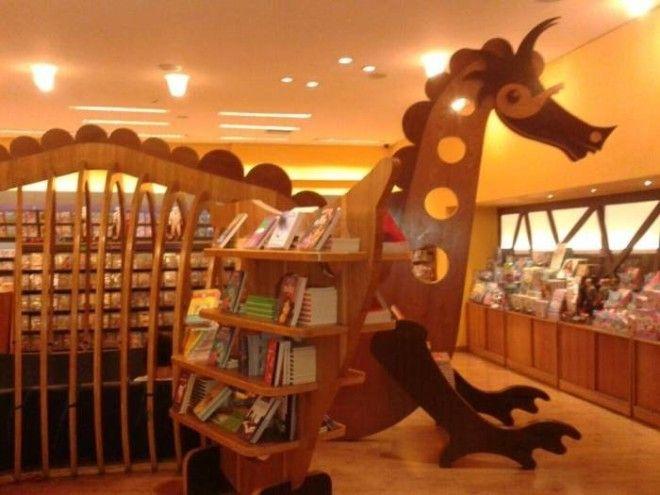 Полка с детскими книгами в магазине