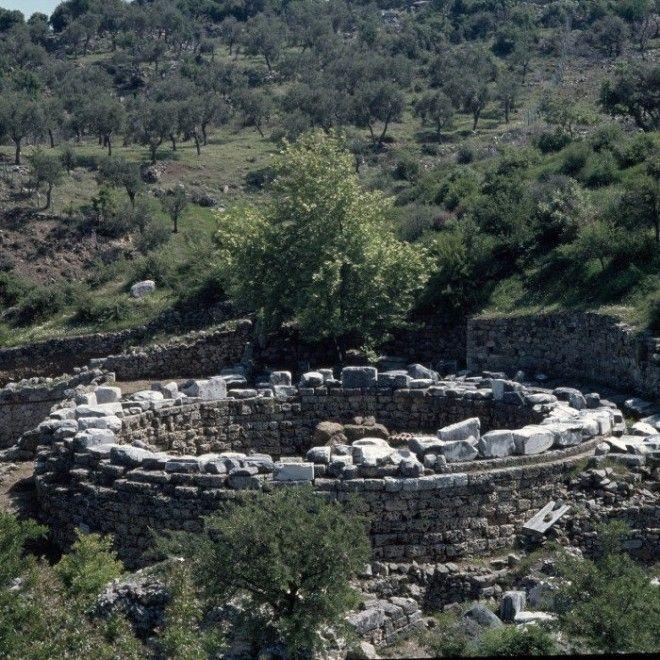 Монумент на острове Самофракия воздвигнутый Арсиноей II в знак признательности за предоставленное ей здесь убежище