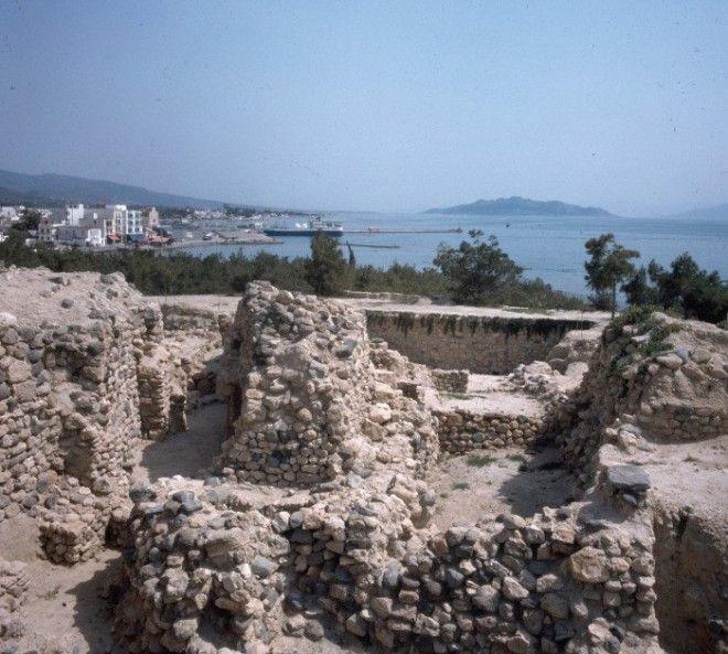 На археологических раскопках древнего города на холме острова Эгина