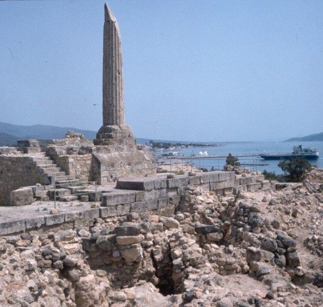Колонна и подвальноцокольная часть храма Остров Эгина
