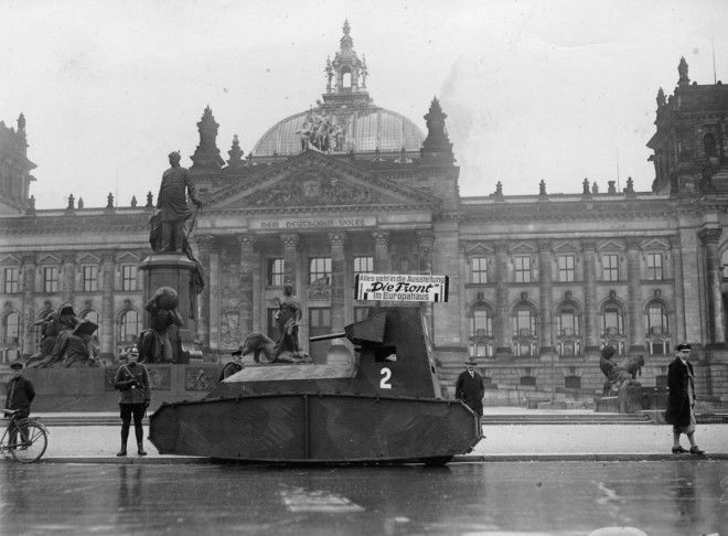 21 октября 1932г Немецкий муляж танка перед Рейхстагом