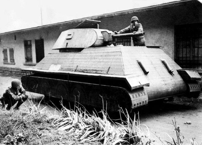 1944г Американские солдаты осматривают макет немецкого деревянного танка во Франции