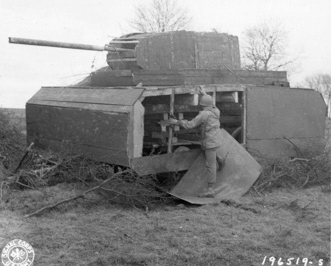 22 ноября 1944г Американский солдат осматривает макет немецкого танка манекен в Мец Франция