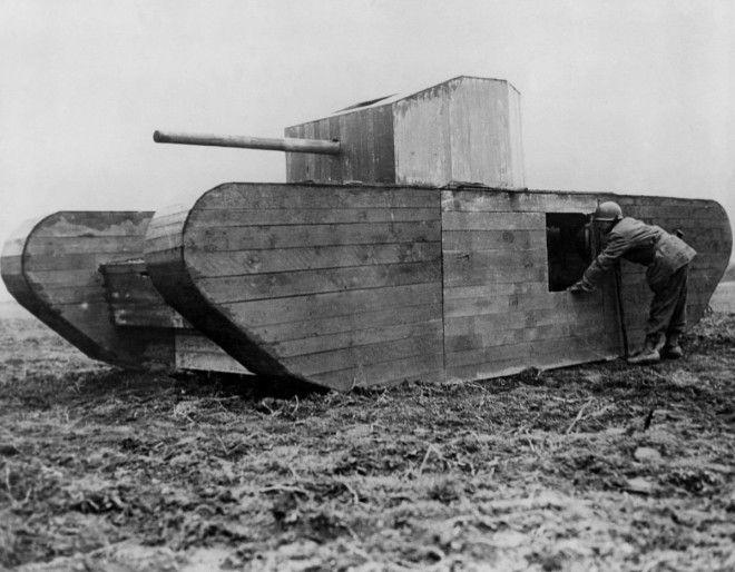 1945г Американский солдат осматривает муляж немецкого танка на окраине Кельна