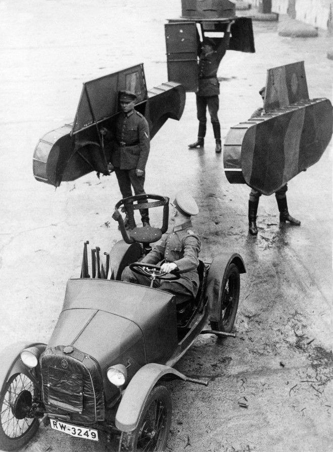 1931г Немецкие солдаты несут каркас макета танка который должен быть присоединен к машине