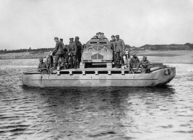 Сентябрь 1932г Немецкие войска паромом переправляют муляж танка через реку Одер во время военных учений