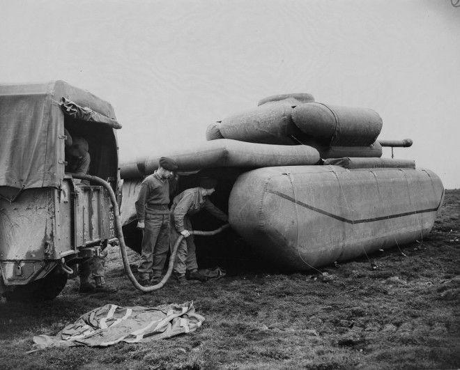 1940г Британские войска надувают резиновый муляж танка