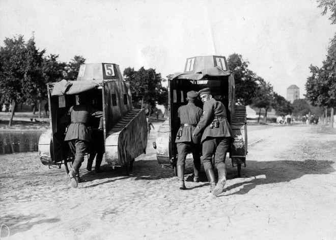1925г Немецкие солдаты толкают несколько муляжей танков