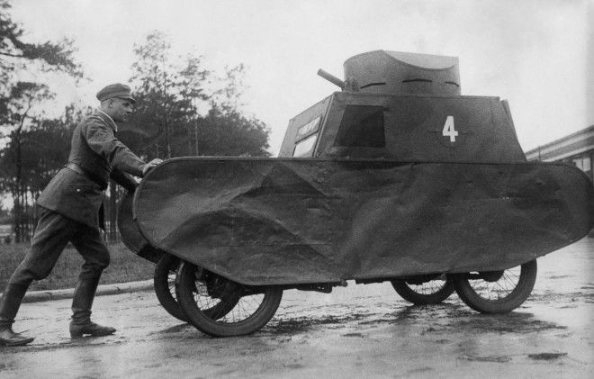 1931г Немецкий солдат толкает муляж танка