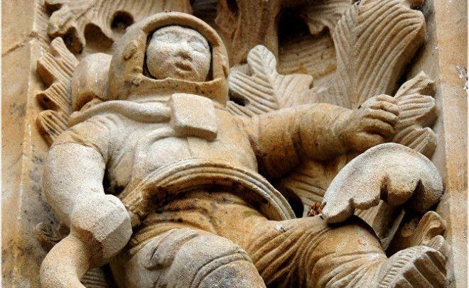 Астронавт на стене собора