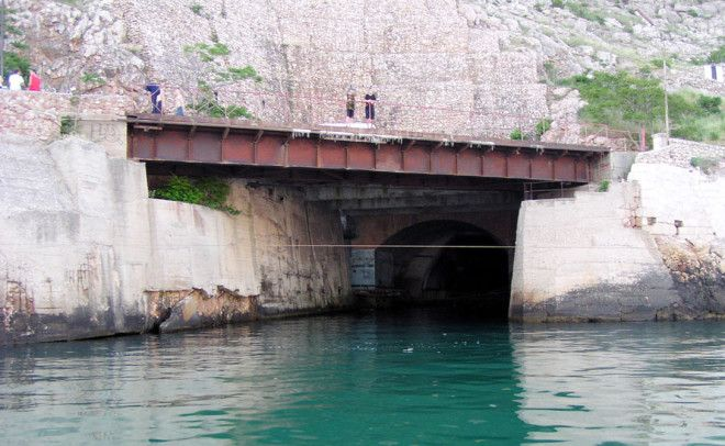 Объект 825 Секретная база подводных лодок была построена неподалеку от Балаклавы Правительство настолько тряслось над безопасностью что посетить эту базу не мог никто кроме личного состава и тех кому был выписан пропуск на самом высоком уровне В 1995 году все как водится в нашей стране накрылось медным тазом