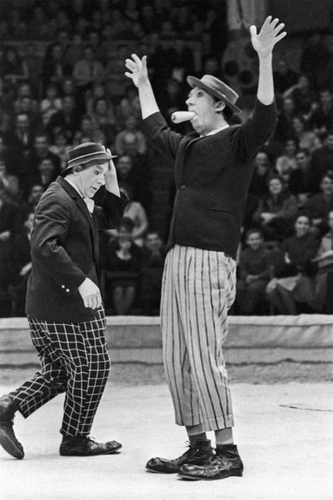 На арене цирка выступают клоуны Юрий Никулин и Михаил Шуйдин СССР 9 апреля 1967 года