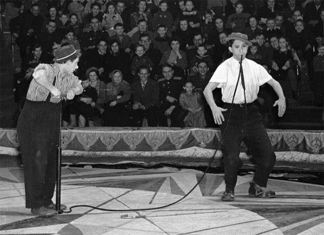 На арене цирка клоуны Юрий Никулин и Михаил Шуйдин в 1958 году