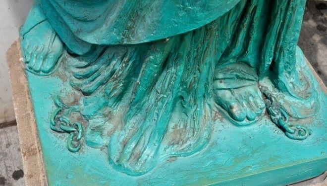 Цепь у подножия статуи Свободы