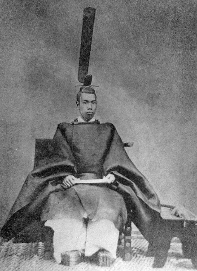 Молодой император Мэйдзи в церемониальных одеждах 1872 год Фото ruwikipediaorg