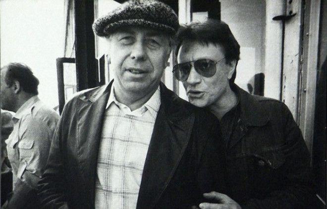 Андрей Миронов и Анатолий Папанов у входа в Театр Сатиры 80е годы Фото dubikvitlivejournalcom
