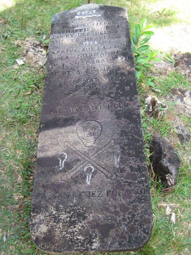 Могила Joseph Pierre Lechartier 1834 г с черепом и костями на пиратском кладбище острова СентМари Фото commonswikimediaorg