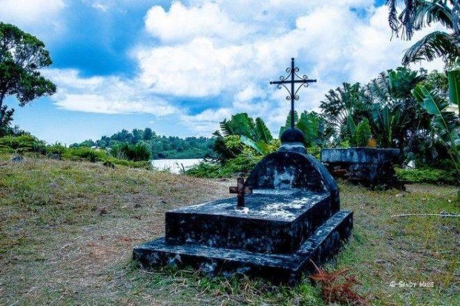 Большая черная гробница на пиратском кладбище острова СентМари Фото trinixyru
