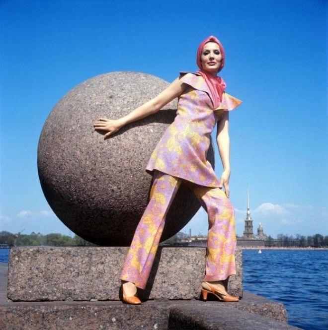 Демонстрация брючного костюма с ярким шарфом СССР 1970 год