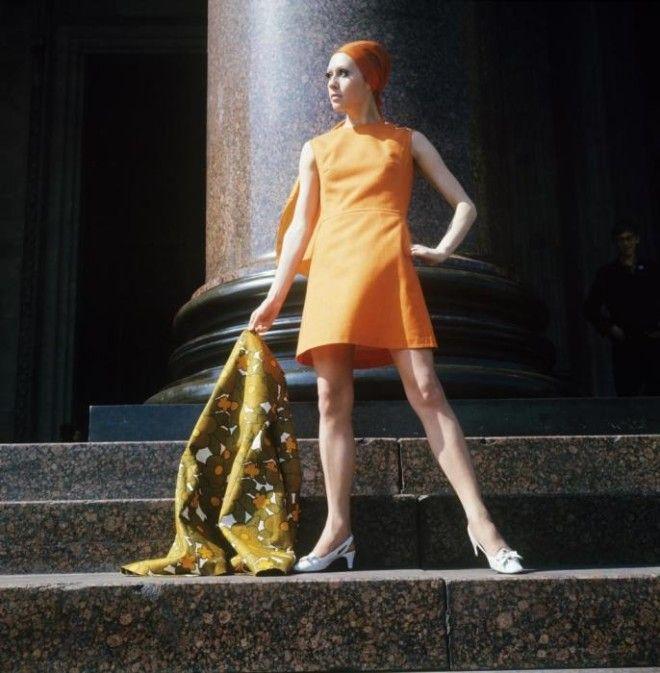 Демонстрация оранжевого платья с льняным шарфом СССР 1970 год