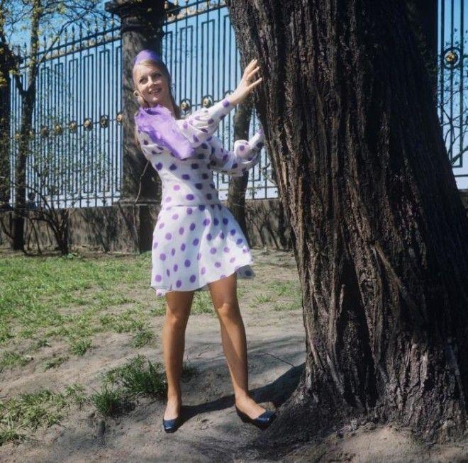 Демонстрация легкого платья из капрона с модным рисунком СССР 1970 год