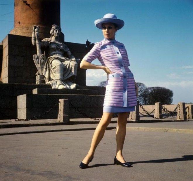 Демонстрация летнего платья и удлиненного жакета из шелка СССР 1970 год