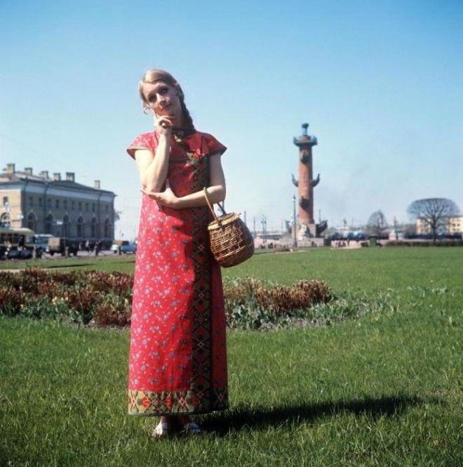 Показ сарафана из яркого ситца в русском стиле СССР 1970 год