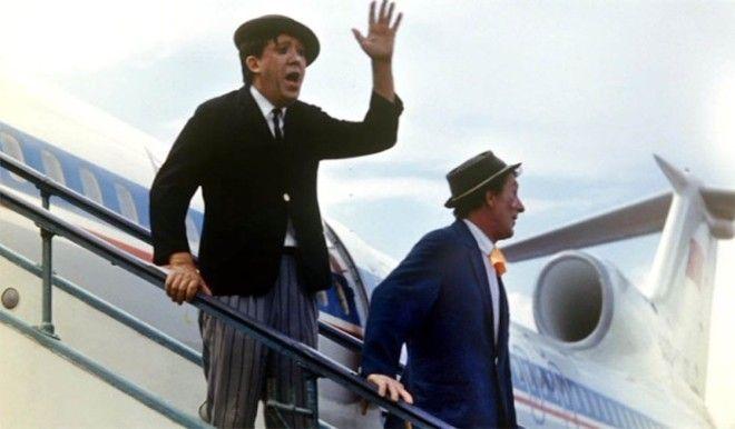 Артисты цирка Юрий Никулин и Михаил Шуйдин в аэропорту Внуково в 1973 году