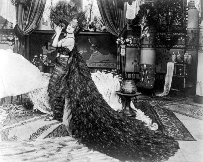 Теда Бара в платье из павлиньих перьев