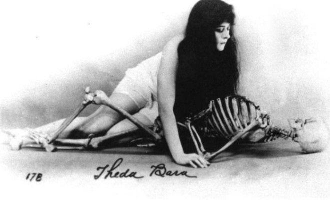 Теда Бара со скелетом