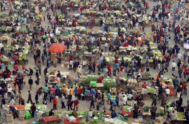 Люди покупают овощи на рынке в Пекине