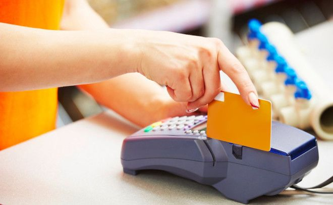 Банковская карта Подберите специальную карту для расчета за рубежом К примеру карта банка Tinkoff даст возможность снять любую сумму наличных без дополнительной комиссии