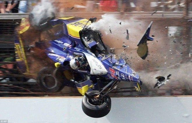 14 Болид Майка Конвэя врезается в ограждение на заключительном круге гонки Indianapolis 500 в Индианаполисе Конвэй получил тяжелые травмы но остался жив знаменитости спорт спортсмены страшно фото