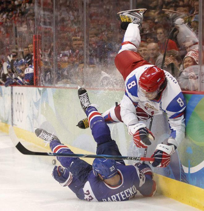 16 То что в хоккее травмы получают игроки обычное дело но иногда достается и другим участникам знаменитости спорт спортсмены страшно фото