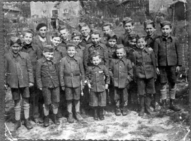 Юзеф в центре на первом плане с другими детьми из Бухенвальда после освобождения Фото yadvashemorg