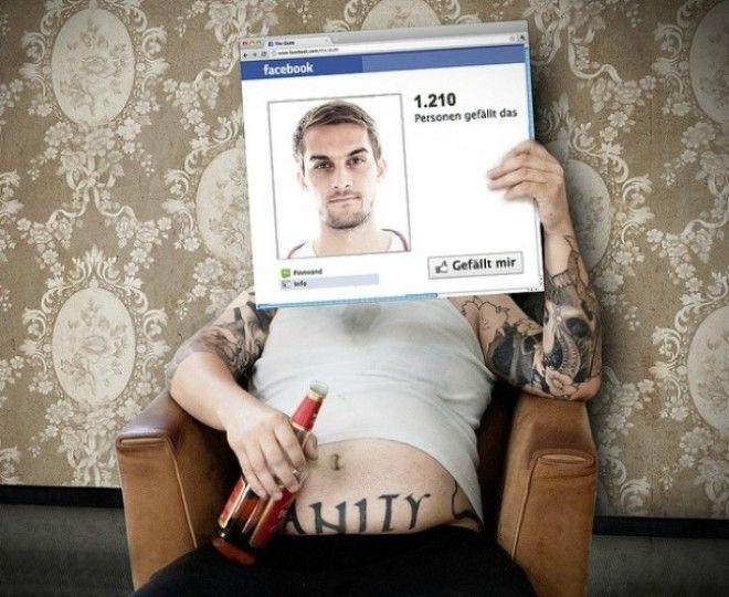 Мужчина с бутылкой пива и его Facebookаккаунт