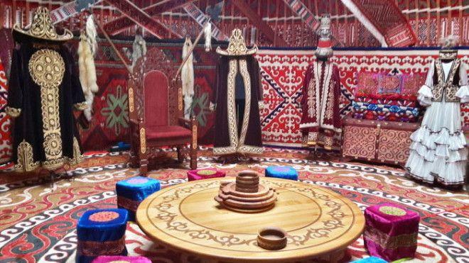 Интерьер традиционной казахской юрты Фото commonswikimediaorg