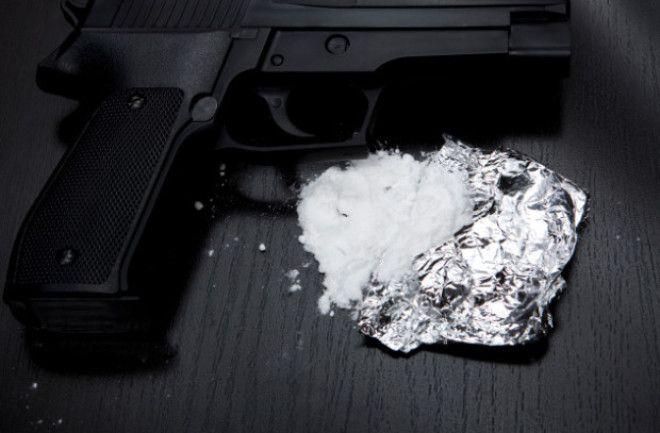Пистолет и кокаин