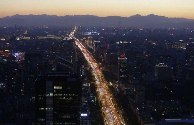Транспорт на главном пекинском проспекте в вечерний час пик
