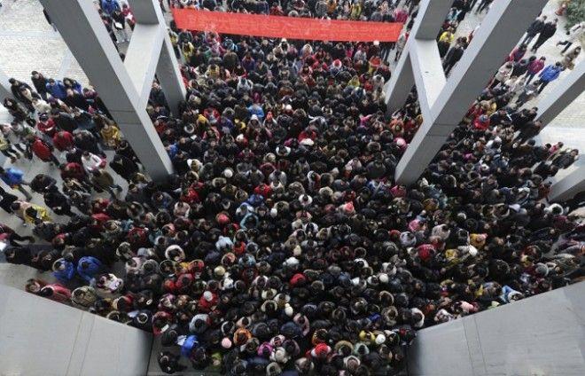 Абитуриенты подходят к зданию чтобы принять участие в трёхдневном вступительном экзамене в аспирантуру в Хэфэй провинция Аньхой